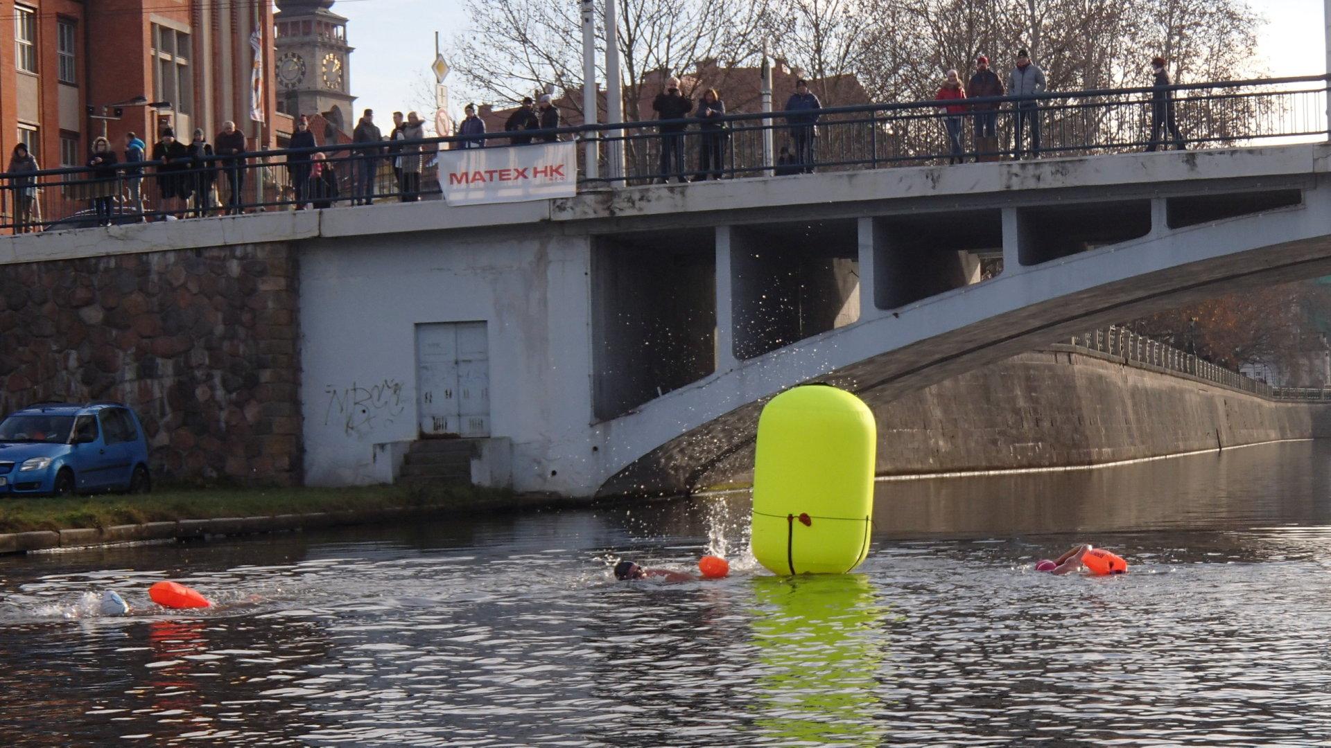 River Labe 2019 - Plavkyně na 1000 metrů při otočce na dolní bóji.